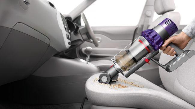 passer l'aspirateur dans une voiture avec l'aspirateur dyson